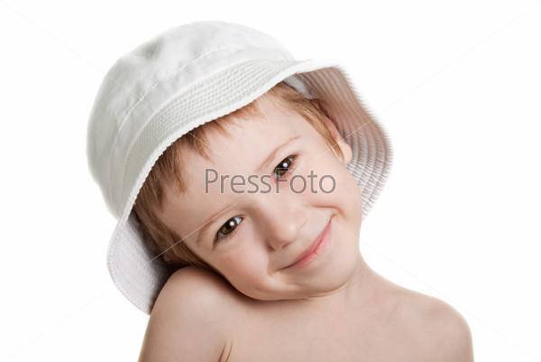 Портрет маленького мальчика в пляжной панаме