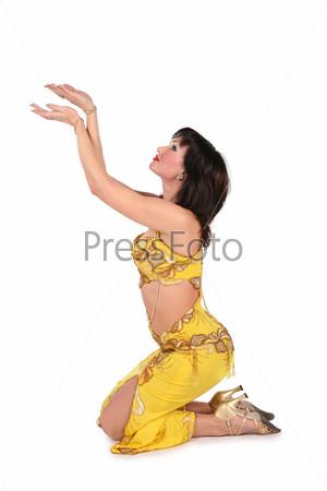 Исполнительница танца живота на коленях