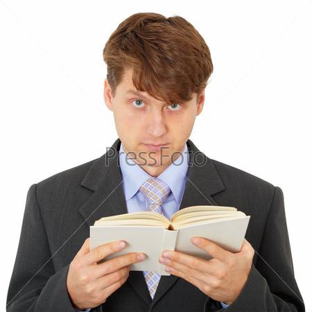 Мужчина читает книгу, изолировано на белом фоне