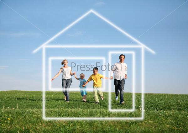 Семья из четырех человек бежит в дом мечты