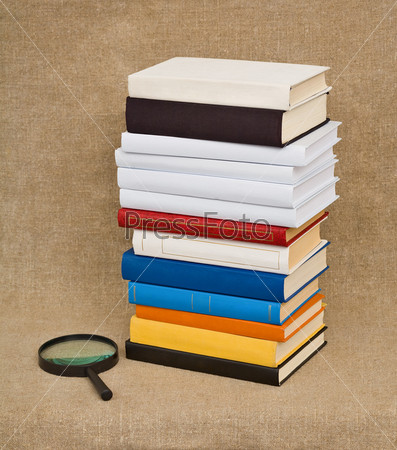 Стопка книг и лупа - натюрморт на тему образования