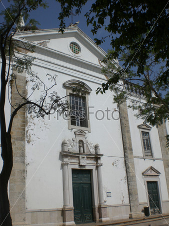 Португалия, город Фаро, главная площадь Аисты на крыше церкви