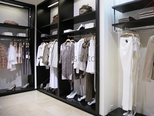 Отдел женской одежды и обуви в магазине