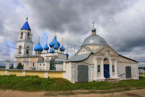 Православная церковь в пасмурный день