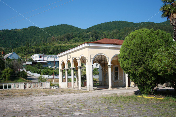 Сельский вокзал на фоне абхазских гор