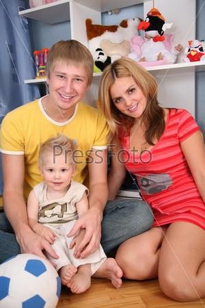 Счастливая семья: мама, папа и маленький сын