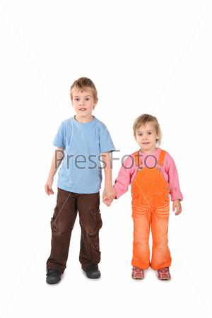 Маленькие мальчик и девочка держатся за руки