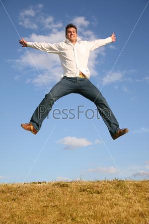 Человек прыгает на лугу