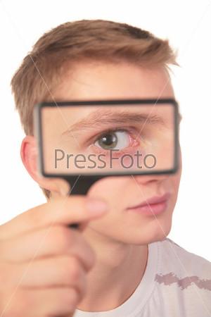 Человек смотрит через лупу