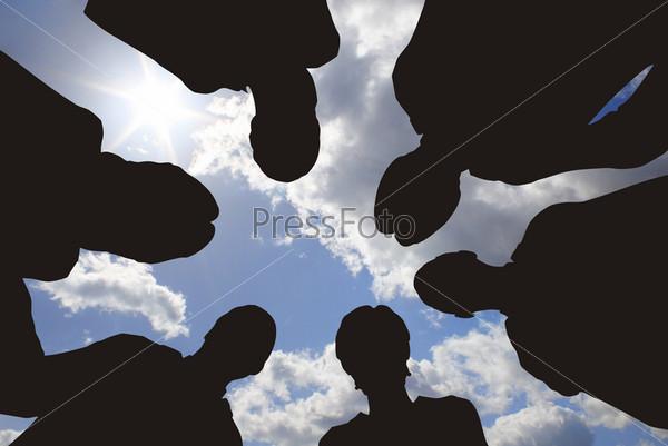 Деловые люди на фоне неба