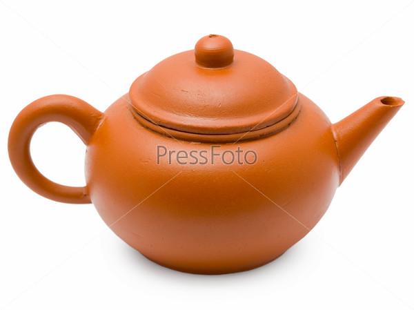 Керамический старинный чайник на белом фоне
