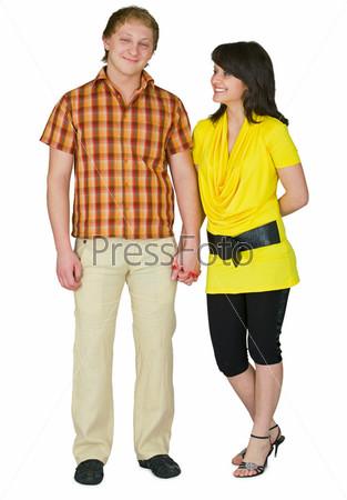 Улыбающиеся парень и девушка на белом фоне