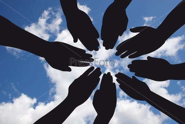 Руки на фоне неба