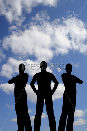 Силуэты трех мужчин на фоне неба
