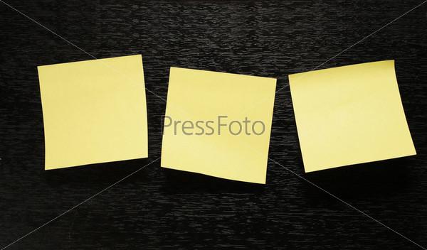 Три листа бумаги на черном фоне