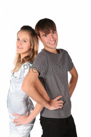 Молодые парень и девушка стоят рядом бок о бок
