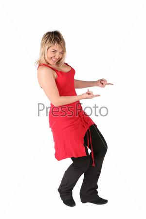 Молодая девушка в красной майке указывает пальцами