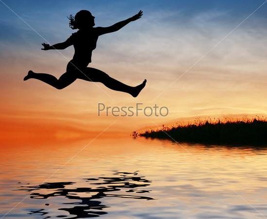 Силуэт девушки, которая прыгает