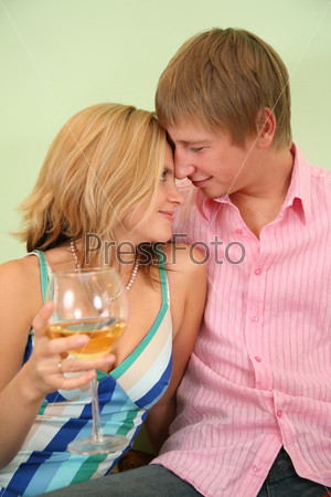 Молодая пара в комнате