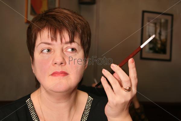 Женщина с сигаретой в мундштуке
