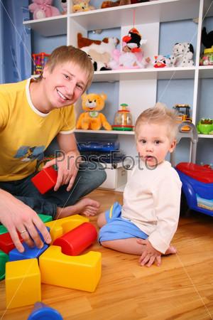 Отец и ребенок в игровой комнате
