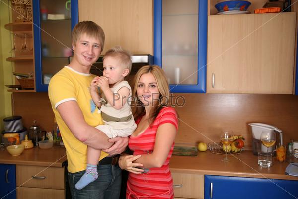 Отец и мать с ребенком на кухне