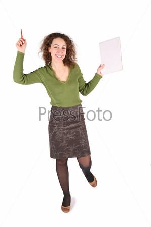 Молодая женщина с ручкой и чистым листом бумаги на белом фоне