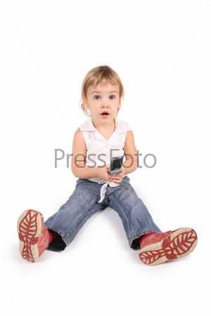 Маленькая девочка с сотовым телефоном на белом фоне