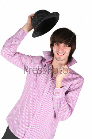 Молодой человек с черной шляпой в руке на белом фоне
