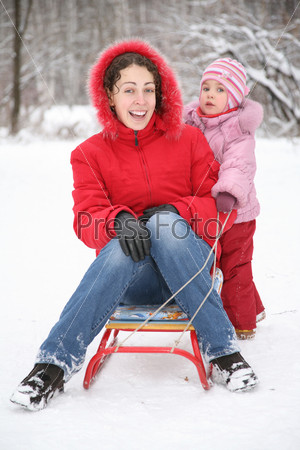 Мать с ребенком в парке зимой