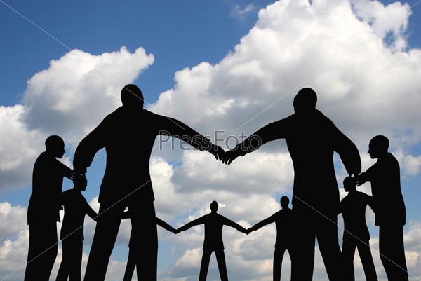 Люди стоят в кругу на фоне неба