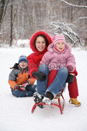 Мать с детьми в парке зимой