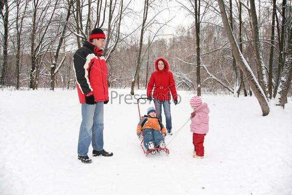 Семья в парке зимой