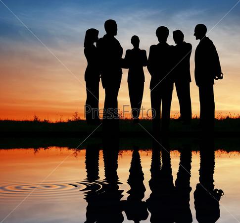 Силуэт бизнес-команды на закате