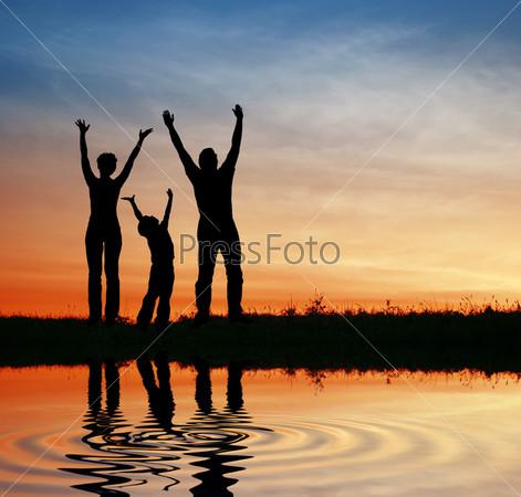 Силуэт семьи на закате