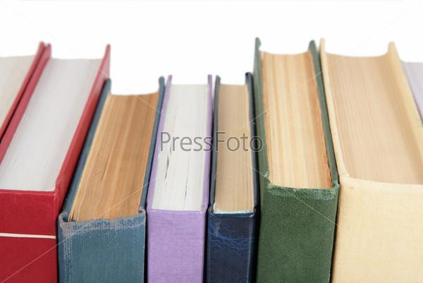 Корешки книг на белом фоне