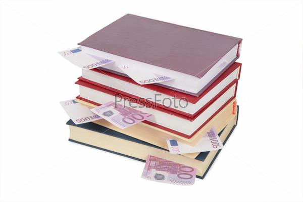 Книги с вложенными деньгами на белом фоне