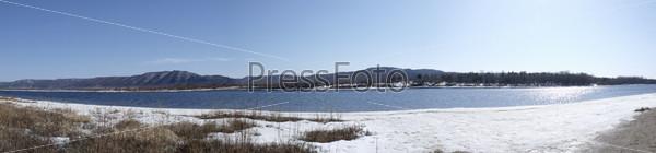 Вид на растаявшее озеро и на Жигулевские горы