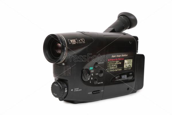 Устаревшая видеокамера на белом фоне