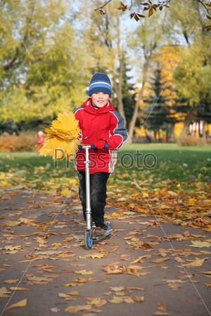 Мальчик на скутере