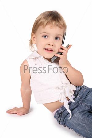Девочка говорит по сотовому телефону, на белом фоне