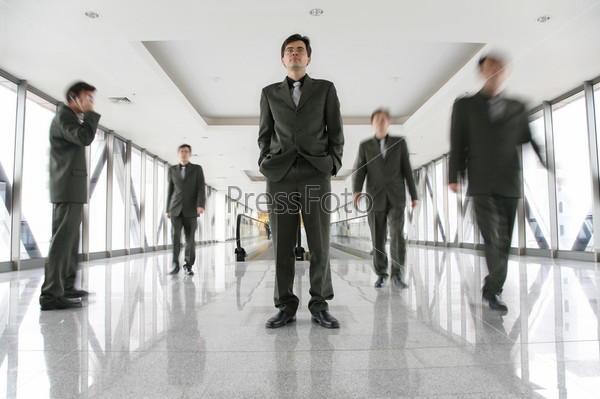 Силуэты деловых людей в корридоре