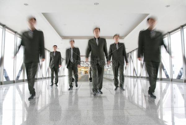 Силуэты деловых людей в коридоре