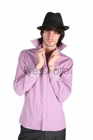 Парень в клетчатой рубашке и черной шляпе на белом