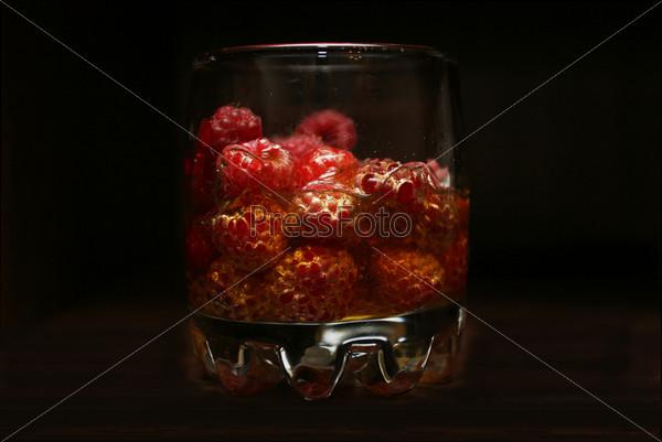 Стакан с малиной, напитком