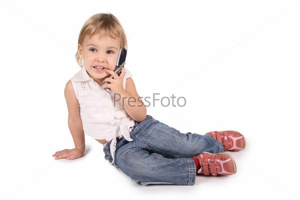 Маленькая девочка говорит по сотовому телефону