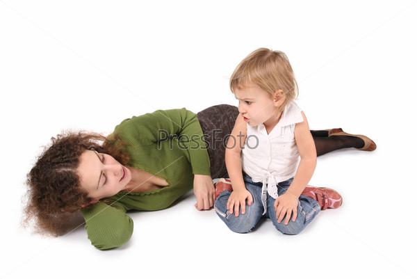 Мать и дочь, изолированные на белом
