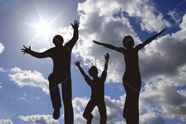 Силуэт семьи на фоне голубого неба