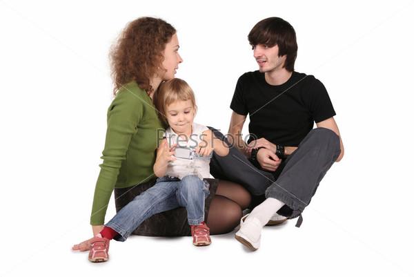 Отец, мать и дочь с сотовым телефоном на белом