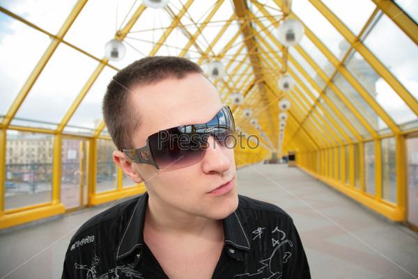 парни в солнечных очках